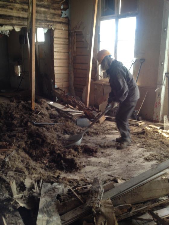 Eristeet pudotettiin alas ja lapettiin ikkunasta pihalle
